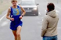 MLÁDÍ VPŘED. Na snímku vpravo vybíhá jako první dvanáctiletý Martin Beber, který v konečném zúčtování v kategorii do 30 let skončil na třetím místě. Na snímku vlevo vybíhá do poslední části triatlonu jedenáctiletá Pavlína Beberová. Ta svoji kategorii do 3