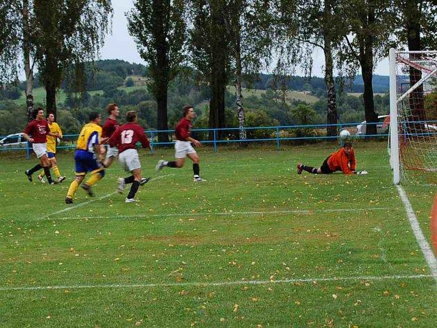 Postřekov vede tabulku. Na snímku (v tmavých dresech Postřekovští) střílí svůj pátý gól H. Huti.