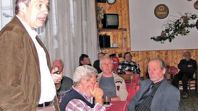 Dalibor Titěra z Výzkumného ústavu včelařského přijel s přednáškou o varroáze do Přívozce.