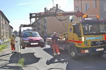 PROBLEMATICKÉ PARKOVÁNÍ na sídlišti Kavkaz. Při úklidu tamních ulic dochází i k odtahům aut.