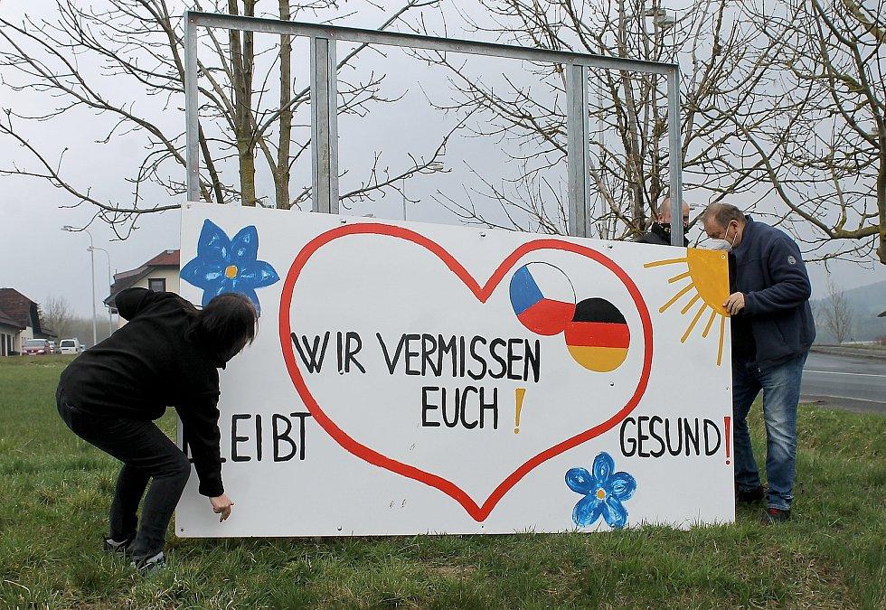 Billboard Chybíte nám, zůstaňte zdraví umístili lidé ze Všerub na hraniční přechod s Německem. Tabule bude součástí expozice v Národním muzeu. Akce se mimo jiné účastnil starosta Všerub Václav Bernard a kurátorka výstavy Lenka Šaldová.