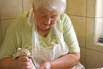 MARIE NAVRÁTILOVÁ z Domažlic při zdobení koláčů.