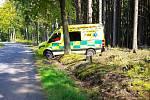 POMOC V LESE. V sobotu v poledne zasahovali záchranáři v lese nedaleko Filipovy Hory. Seniora po ošetření odvezli na internu Domažlické nemocnice.