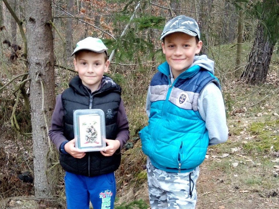 Leoš a Filip na skřítkovské stezce.