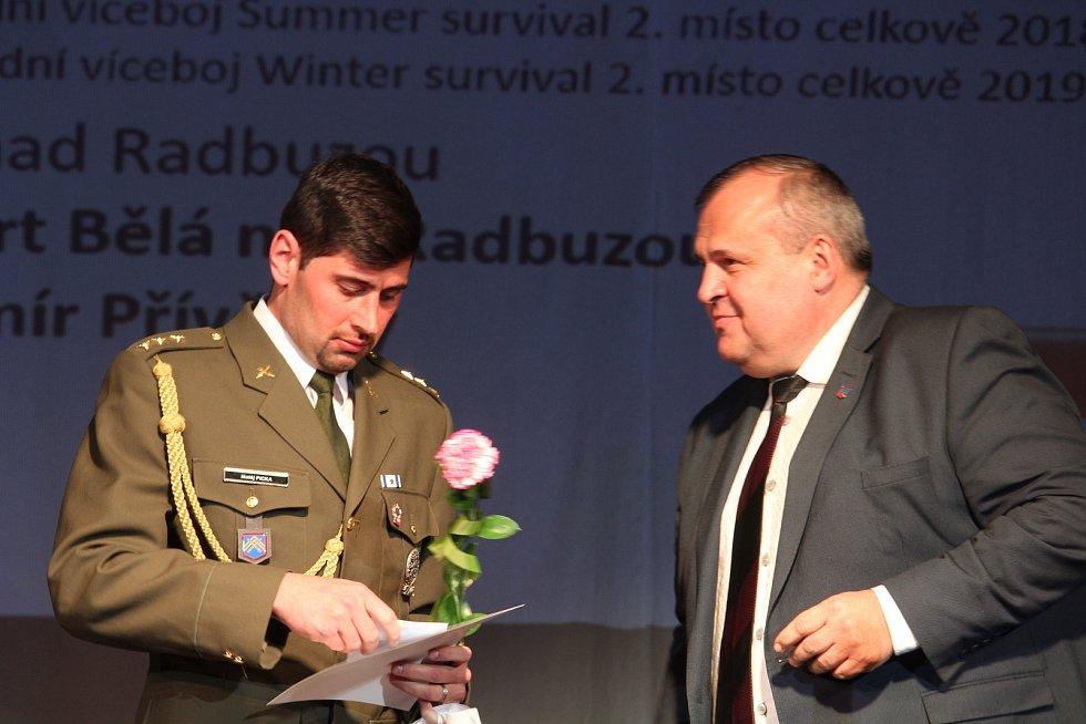 Dospělí - jednotlivci: čtvrtému vojenskému triatlonistovi Matěji Pickovi (vlevo) jako první gratuloval za vyhlašovatele ankety jeho otec Libor.