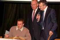 KAREL SMUTNÝ se mohl podepsat do Zlaté knihy města Waldmünchen. Vpravo od něj zemský rada Franz Löffler a s mikrofonem starosta Waldmünchenu Markus Ackermann.