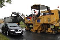 NA SILNICE VYJEDOU STROJE. Opravy silnic se týkají dvou míst regionu. Ilustrační foto.