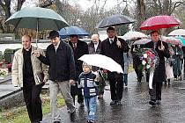 P. Przemyslaw Ciupak (zcela vlevo) může s podporou Mrákovských na sto procent počítat. Snímek je z domažlického hřbitova, kde promluvil loni v říjnu na aktu k výročí vzniku republiky.