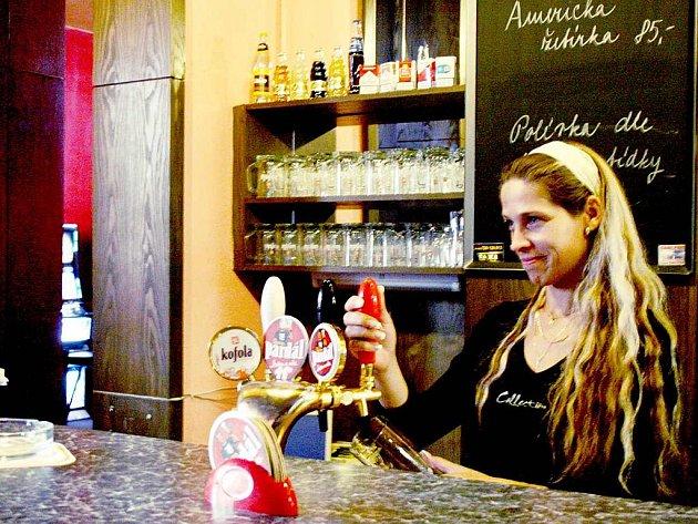 LOUPEŽNÉ PŘEPADENÍ.  Za barem  nočního podniku Strike bar v Domažlicích ohrožoval ozbrojený pachatel devatenáctiletého barmana  Vladimíra.