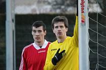 Jiskra Domažlice x FK Tachov 4:0. Bývalý hráč Domažlic Jan Matas v dresu Tachova a domažlický Milan Braun.