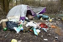 MÍSTO POBYTU BEZDOMOVCŮ na fotografii bylo již na popud strážníků a za jejich dozoru bezdomovci uklizeno.