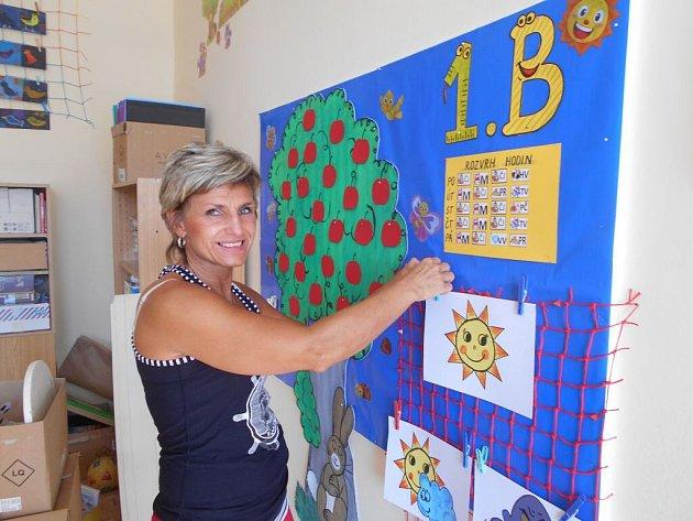 JANA NEBEHAJOVÁ z  ´nové školy´ připravuje třídu pro své prvňáčky.