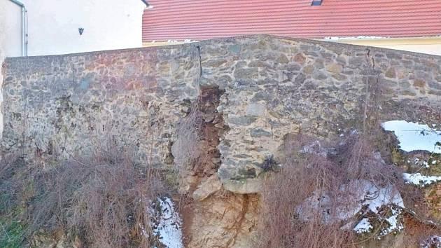 Prasklá zeď pulické tvrze.