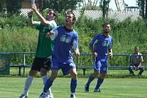 Martin Šot bojuje s Hráčem Třeboně o míč.