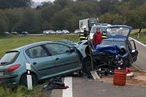 Řidičky Peugeotů 106 a 206 se čelně střetly v neděli 23. října odpoledne na silnici I/22, a to v zatáčce poblíž odbočky do Smržovic.