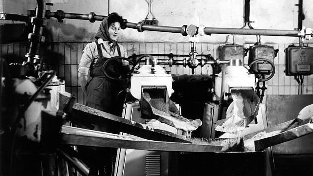 Žena pracující ve stáčírně moštu v roce 1973.
