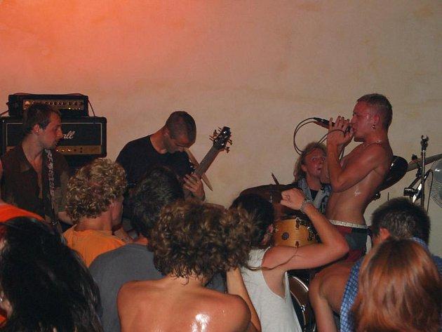Domažličtí Kill The Pain chystají křest svého prvního cédéčka. Na snímku koncert v klubu Moskyto. Foto: Karel Fait