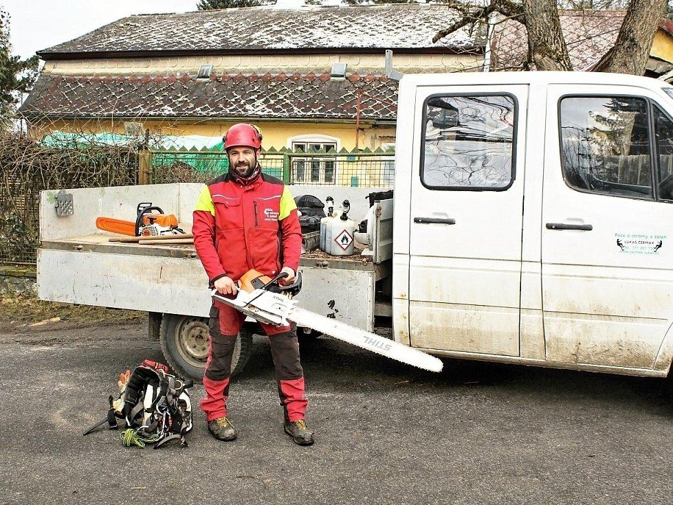 Na snímku Tomáš Čermák s motorovou pilou s metrovou lištou.