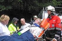 Po ošetření zraněných, ještě před jejich naložením do sanity, si česká dopravní policistka zapisovala nacionále a povahu zranění.