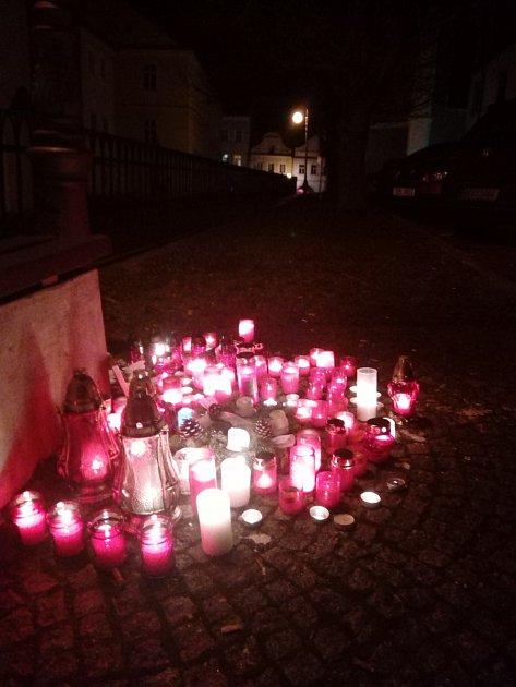 Zapálené svíčky před budovu městské knihovny vDomažlicích od přátel oběti tragické nehody.