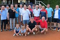 Účastníci tenisového turnaje veteránů nad 60 let v Holýšově.