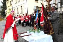 BISKUP MONS. FRANTIŠEK RADKOVSKÝ se právě chystá žehnat zástavu Sboru dobrovolných hasičů Bělá nad Radbuzou, již pro tento okamžik uchopil starosta města Libor Picka.