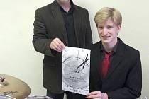 Mladý bubeník Karel Kuneš se svým učitelem z domažlické ZUŠ JJ Kamilem Jindřichem.