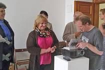 MARCEL FIŠER podepisoval svoji novou knihu Umění v Domažlicích na své nedávné přednášce v Muzeu Chodska.