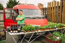 Farmářské trhy v Poděbradově ulici v Domažlicích.