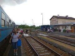 Cestující budou z busů na vlak ve Vejprnicích přestupovat už jen do středy 27. června.
