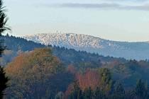 Nejvyšší hora Českého lesa se probudila do slunce, které dalo vyniknout sněhobílé pokrývce na vrcholu. A zatímco v údolí září podzim všemi barvami, do slavnostní bílé se ´oblékla´ vojenská i Kurzova věž.