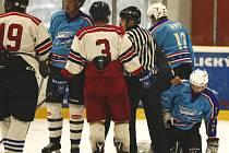 Boj o šestku. Hráči Staňkova (modří) na potvrzení šestého místa musí ještě počkat po dohrávce Kaznějova (bílí).