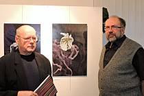 Vratislava Baštáře (vpravo) představil kdyňskému publiku kurátor výstavy Václav Sika.