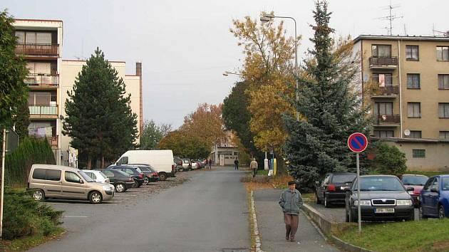 Pohled z Kozinovy ulice. Vpravo sídliště Kosmonautů, vlevo pak 17. listopadu. V pozadí uprostřed policejní vrátnice, kudy by měla jít nová propojovací silnice k zimnímu stadionu a na Draženov.