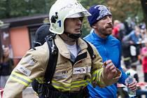 Pavel Kouřík v běhu. V pozadí Antonín Rendl.