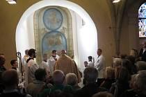 Vysvěcení skleněného basreliéfu v arciděkanském chrámu Narození Panny Marie v Domažlicích.