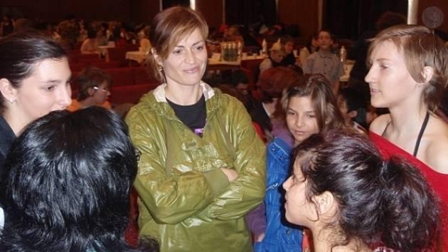 Výsledky přijela zhodnotit známá cvičitelka Hanka Kynychová (uprostřed) společně se svým týmem, sdružením Dětské domovy v pohybu.