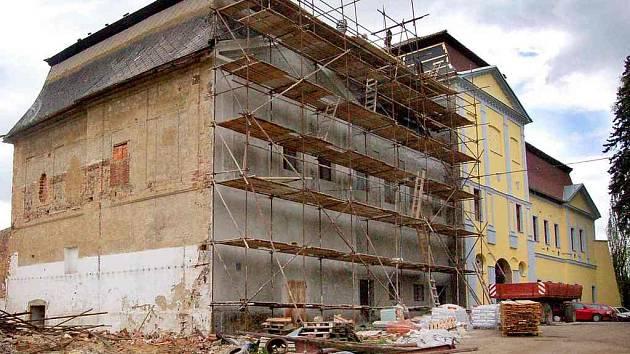 Stavba, kterou vždy provázela pouze smůla, není ani dnes státem chráněná památka. Její opravy se na vlastní náklady ujali zemědělci.
