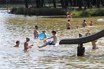 Horký den využili lidé hlavně ke koupání v babylonském rybníku.
