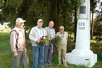 Kytice položili k pomníku padlých.