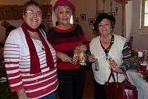 VÁNOČNÍ VÝSTAVU V PUCLICKÉ TVRZI pravidelně navštěvují (zprava) Božena Sušická, Helena Svobodová a Anna Bočanová.