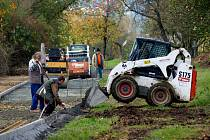 Ze stavby draženovské cyklostezky. Dělníci dokonale využili přízeň počasí.