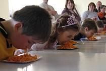 Soutěž v pojídání špaget v Mířkově.