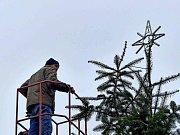 Z instalace osvětlení na vánoční stromek ve Staňkově.