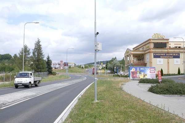 Scéna se natáčela na celnici bývalého hraničního přejezdu Folmava Furth im Wald. Pohled od celnice směrem kFolmavě se výrazně proměnil.