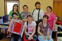 Pracovnice a klienti stacionáře pro osoby s postižením navštívili redakci Domažlického deníku. Martin ukazuje látkovou kabelu, kterou vytvořili a věnovali na dobročinnou akci.