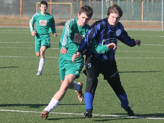 STOD VYŘADIL 1. FC H. TÝN. Fotbalisté Slavoje Stod sice svým výkonem nenadchli, ale v závěru zápasu s 1. FC H. Týn rozhodli o svém postupu v krajském poháru. Na snímku se týnský Ouřada snaží odstavit  Fořta.