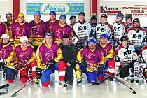 Společný snímek Old Boys a Ice Barons. Šedesátiletý jubilant Josef Kupilík je v přední řadě sedmý zleva.