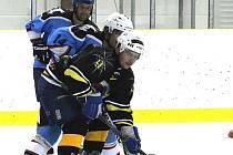 ZAČALY BOJE NA LEDĚ. Zápasy 1. kola začala o víkendu na zimním stadionu Domažlická NHL. Snímek je z duelu hokejistů Rakonu Domažlice B s nováčkem soutěže, HC Pirates Domažlice. Zápas skončil překvapivou remízou 1:1.