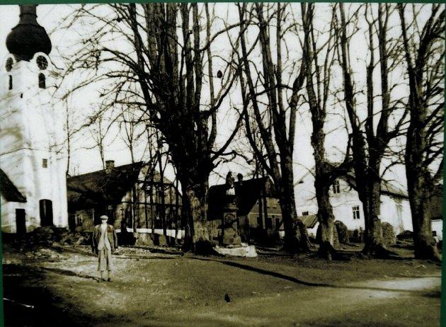 1930. Lípy rostou vobci, která pulzuje běžným životem. Byly blízkým sousedem tamního kostela.
